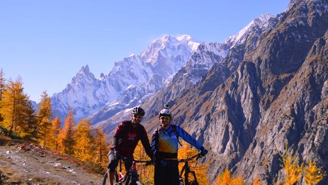 Journée d'automne en VTT, derrière nous le Mont-Blanc