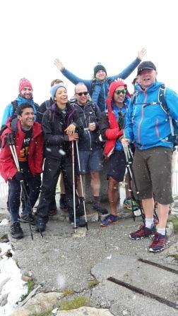 Au sommet d'un col avec un groupe de randonneurs en montagne