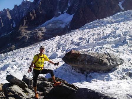 Ascension en mode trail le long d'un glacier du Mont-Blanc