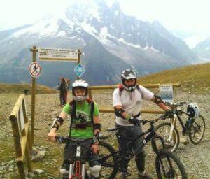 Adolescent en cours de vtt de descente avec moniteur face au Mont-Blanc