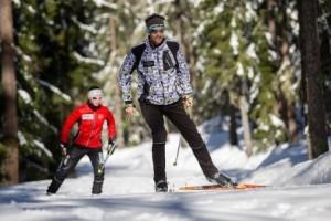 cliente avec son moniteur de ski de fond